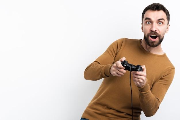 Man gefascineerd door videogame Premium Foto
