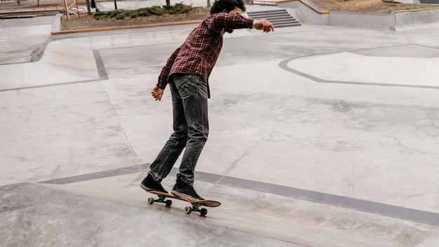 Man genieten van skateboarden buiten in het park Gratis Foto