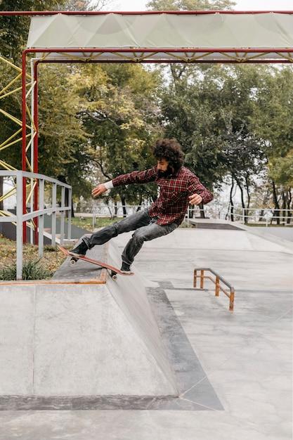 Man genieten van skateboarden buitenshuis Gratis Foto