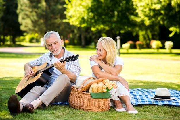 Man gitaar spelen voor zijn vrouw Gratis Foto