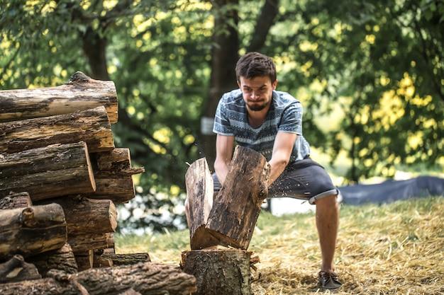 Man hakken hout met een bijl Gratis Foto