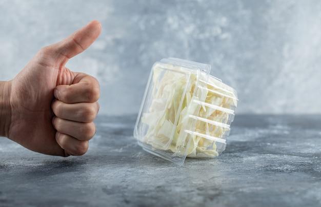 Man hand gebaren duim tot verse kaas. hoge kwaliteit foto Gratis Foto