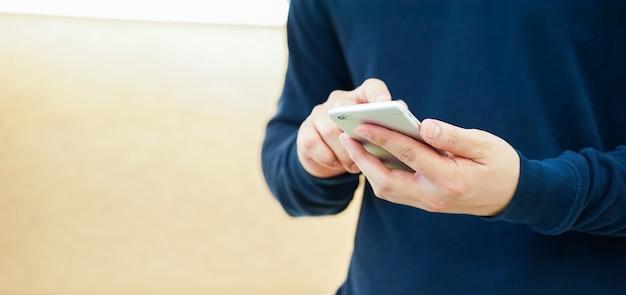 Man hand houd mobiele telefoon apparaat Premium Foto