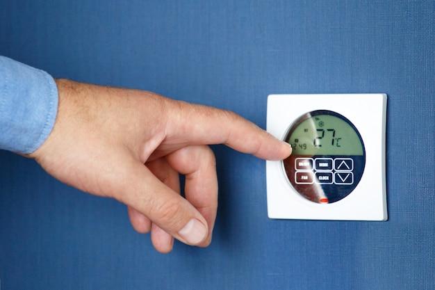 Man hand schakel de afstandsbediening van de airconditioning in. Premium Foto