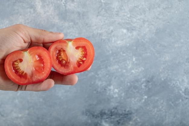 Man handen met plakjes rode tomaat. hoge kwaliteit foto Gratis Foto