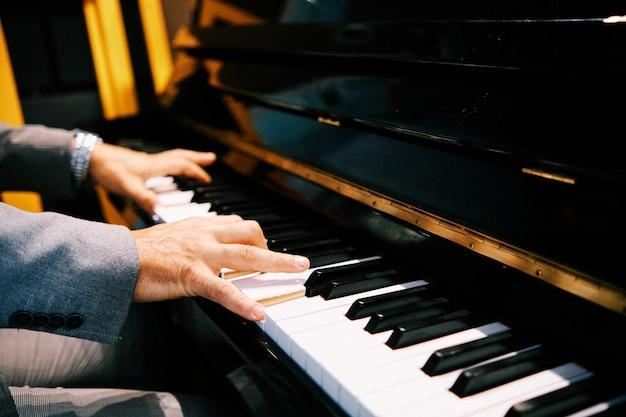 Man handen piano spelen Premium Foto
