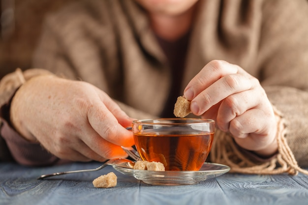 Man houdt kopje warme thee Premium Foto