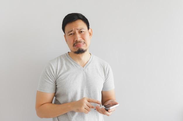 Man huilt en verdrietig met wat show op de smartphone. Premium Foto