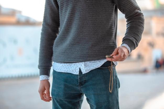 Man in casual outfits en jeans. hoge kwaliteit foto Gratis Foto