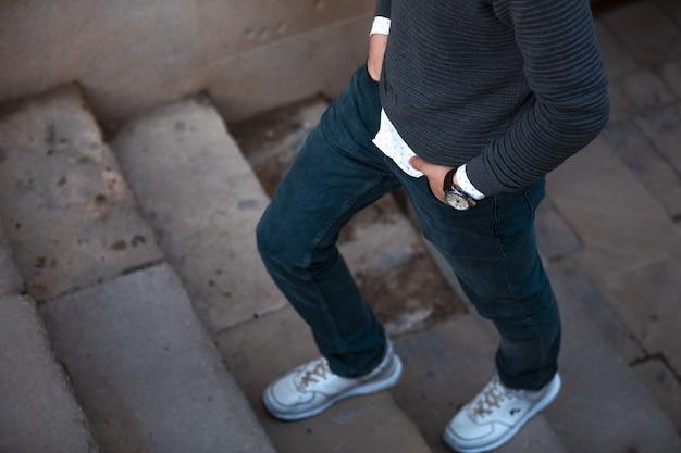 Man in casual outfits gaat de trap op Gratis Foto