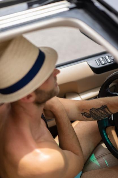 Man in de auto Gratis Foto
