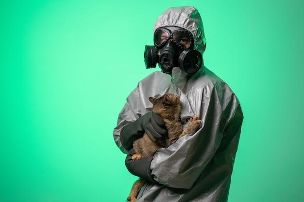 Man in een beschermend pak en gasmasker Premium Foto