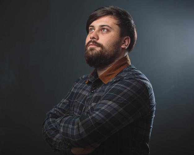 Man in een geruit hemd Gratis Foto