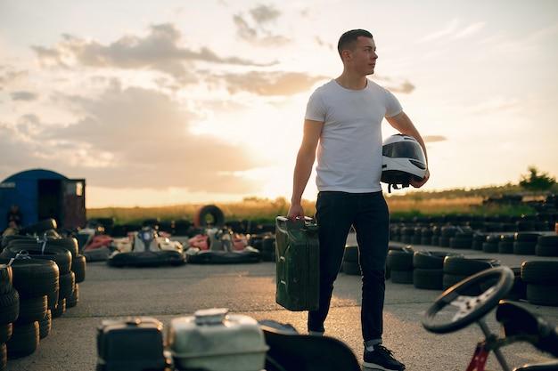 Man in een kartcircuit met een auto Gratis Foto