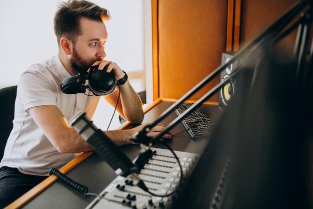 Man in een opnamestudio, muziekproductie Gratis Foto