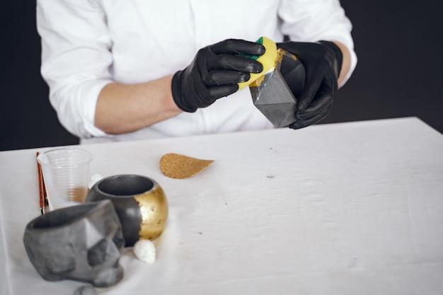 Man in een wit overhemd werkt met een cement Gratis Foto