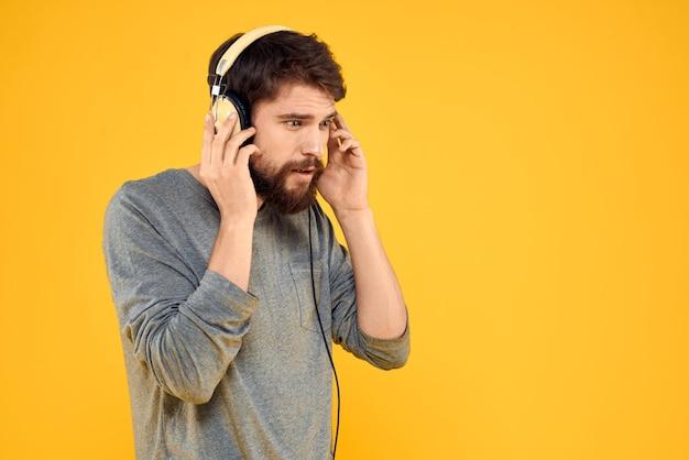 Man in koptelefoon luistert naar muziek technologie levensstijl leuke mensen Premium Foto