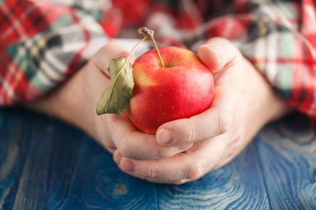 Man in plaid houden een appel Premium Foto