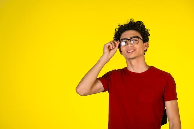 Man in rood shirt met zijn bril en glimlachen. Gratis Foto