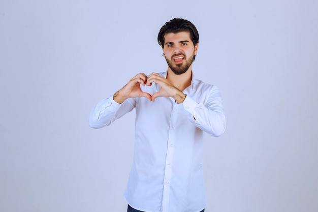 Man in wit overhemd liefde en hart verzenden. Gratis Foto