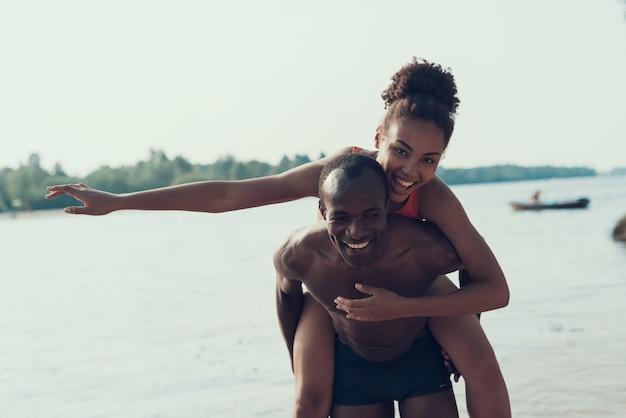 Man is rolls woman op zijn rug Premium Foto