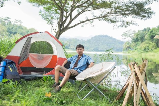 Man kamperen aan het meer Premium Foto