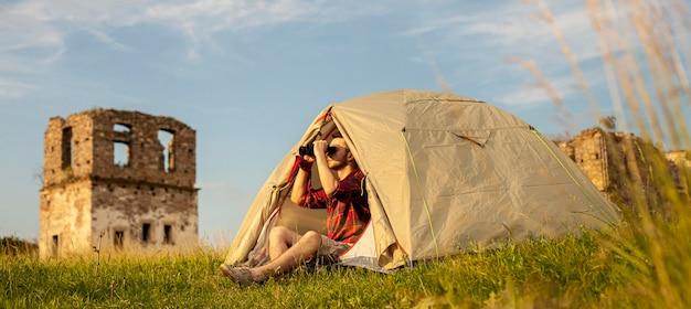 Man kamperen in tent in de nacht Gratis Foto