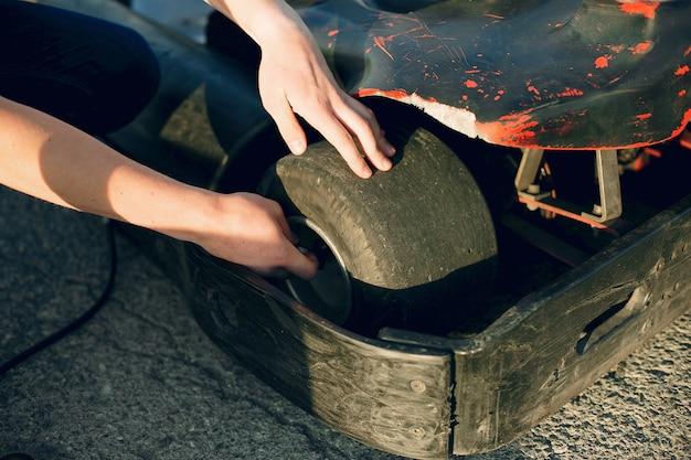 Man karting auto repareren Gratis Foto