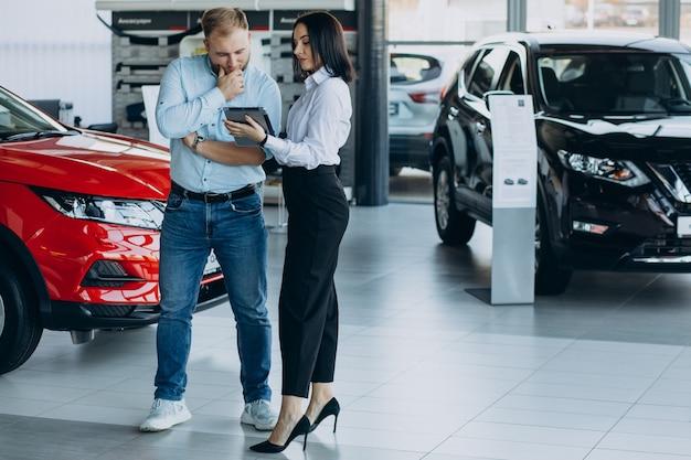 Man kiezen van een auto en praten met verkoper Gratis Foto