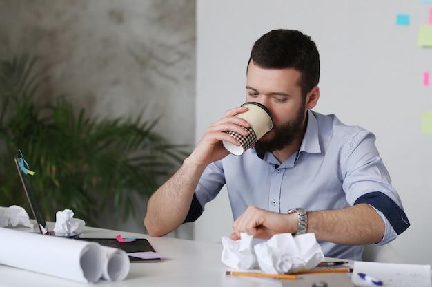 Man koffie drinken op kantoor Gratis Foto