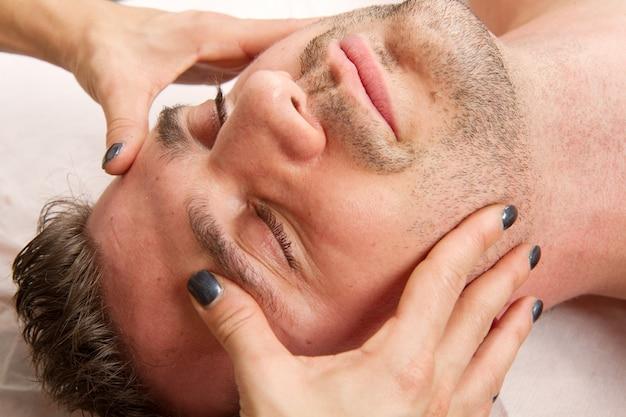 Man krijgt massage in het schoonheidscentrum Premium Foto