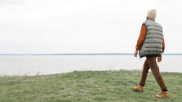 Man lopen op veld naar water Gratis Foto