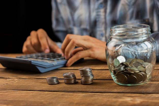 Man maandelijkse besparingen berekenen Gratis Foto