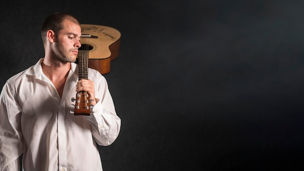 Man met akoestische gitaar kopie ruimte Gratis Foto