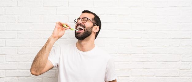Man met baard tandenpoetsen Premium Foto