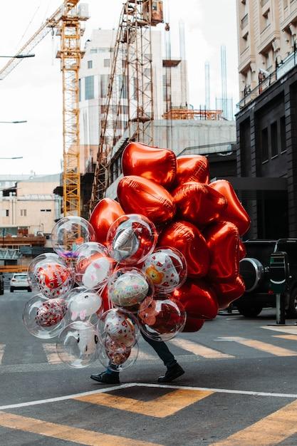 Man met ballonnen Gratis Foto