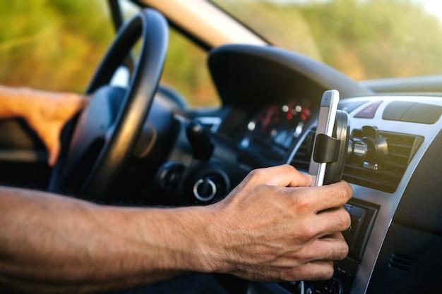 Man met behulp van de telefoon tijdens het rijden Premium Foto