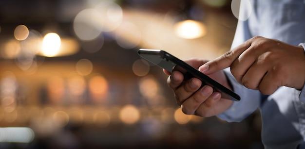 Man met behulp van digitale tablet Premium Foto