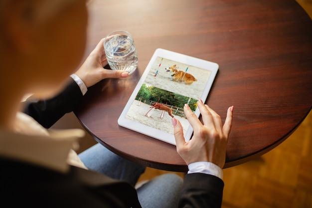 Man met behulp van tablet voor videocall terwijl drinkwater Gratis Foto