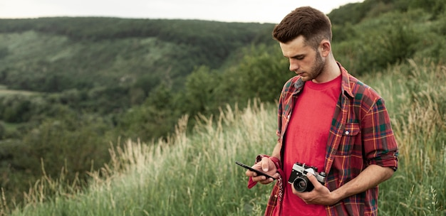 Man met camera in de natuur Gratis Foto