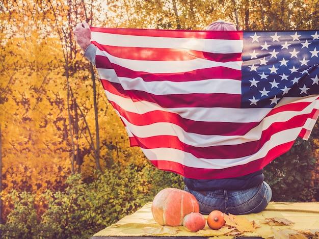 Man met een amerikaanse vlag. nationale feestdag Premium Foto
