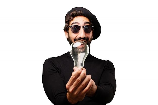 Man met een gloeilamp en een zonnebril Gratis Foto