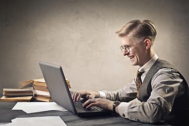 Man met een laptop Premium Foto