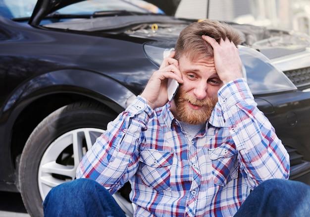 Man met een probleem met zijn auto Gratis Foto