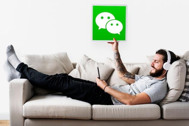 Man met een wechat-pictogram Gratis Foto