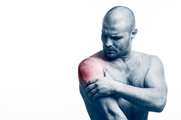 Man met een zere arm op wit Premium Foto