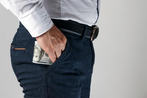 Afbeeldingsresultaat voor foto's van mensen met hun handen in de broekzak