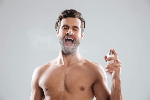 Man met geopende mond met toiletwater Gratis Foto