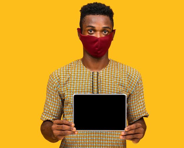 Man met gezichtsmasker concept met kopie ruimte Gratis Foto