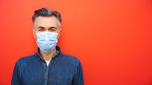 Man met gezichtsmasker en sociaal afstandsconcept Gratis Foto